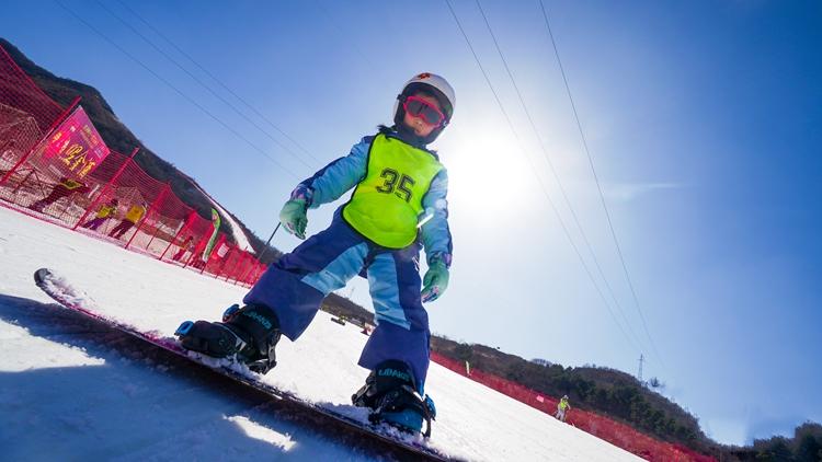 2022年少儿滑雪冬令营,开始报名了。这个冬天你可以给孩子一个不一样的冬天!